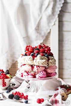 Esta receta de Pavlova con frutos rojos es una de las propuestas dulces que hago para el día de San Valentín. Una excusa perfecta para preparar una de las tartas más deliciosas que existen. Un exterio