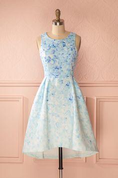 Les oiseaux confectionnèrent cette robe pour la princesse sommeillant en vous. The birds have assembled this dress for the princess in you. Blue floral print high-low dress www.1861.ca