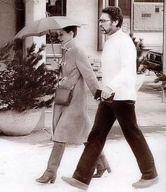 Audrey Hepburn photographed with her partner Robert Wolders in Gstaad (Switzerland), on December was wearing:Coat: Roland's (of suede lined with sheepskin, purchased by Audrey in Givenchy (of dark brown leather, of his collection for the Autumn/Winter Gstaad Switzerland, Barbara Walters, Modern Love, British Actresses, Children In Need, Love Her Style, Funny Faces, Audrey Hepburn