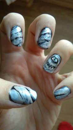 Mummy nails halloween