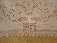 Fabuleuse nappe brodée en dentelle Hedebo, Venise, filet et Hardanger 1890 Cutwork Embroidery, White Embroidery, Lacemaking, Textiles, Passementerie, Linens And Lace, Table Linens, Valance Curtains, Needlework