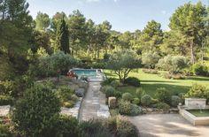 L'immense jardin d'une maison de famille provençale. Plus de photos sur Côté Maison : http://bit.ly/1MT3qPs