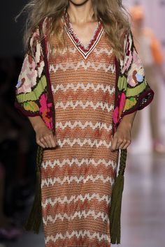 Anna Sui at New York Fashion Week Spring 2020 - Details Runway Photos Anna Sui Fashion, Chunky Knitwear, Pantone 2020, Pictures Of Anna, Twiggy, Knit Fashion, Fashion Sketches, New York Fashion, Kimono Top