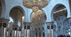 Grande mesquita de mármore de Abu Dhabi é decorada com ouro e cristais