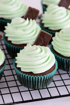 Mint Cupcakes Andes Mint Cupcakes - The best homemade chocolate cupcakes topped with thick and creamy mint frosting. These cupcakes taste just like the Andes mint candy! Cupcakes Au Cholocat, Andes Mint Cupcakes, Mint Cake, Baking Cupcakes, Yummy Cupcakes, Cupcake Cakes, Holiday Cupcakes, Vanilla Cupcakes, Cupcake Flavors