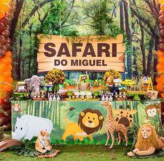 """91 curtidas, 2 comentários - Paty's Biscuit (@patysbiscuit) no Instagram: """"Topinho com vela Bichinhos do Bosque (Woodland), para a Beatriz e a mamãe Luciana!😍 . Orçamentos e…"""" Giraffe Birthday Parties, Safari Theme Birthday, First Birthday Party Themes, Wild One Birthday Party, Baby Boy 1st Birthday, Animal Birthday, Safari Jungle, Deco Jungle, Jungle Party"""