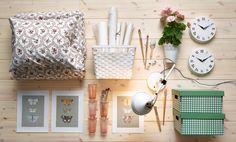花柄の掛け布団カバーセット、ホワイトのバスケット、ウォールクロック、蝶のアート、ホワイトのワークランプ、グリーンとホワイトのチェック柄のペーパーボックス(すべてイケアの商品)。