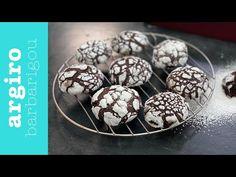 Συνταγή για μπισκότα κρακελέ ή ραγισμένα μπισκότα σοκολάτας. Είναι τραγανά εξωτερικά και μαλακά στην καρδιά τους. Δοκιμάστε τα με τον καφέ σας ή σκέτα.