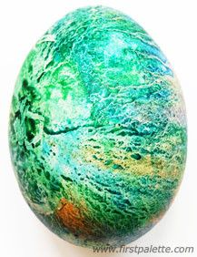 Crayon Melt Easter Eggs craft~ Draw on the eggshells of boiled eggs using crayons to create Easter eggs with a beautiful marbleized look. Easter Eggs Kids, Easter Egg Dye, Coloring Easter Eggs, Hoppy Easter, Easter Party, Egg Coloring, Easter Table, Easter Bunny, Easter Arts And Crafts