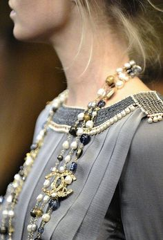 This Chanel necklace rocks!                                                                                                                                                                                 Más                                                                                                                                                                                 Más