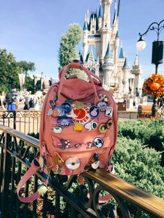 Fjallraven Kanken ~pink~ *sigh* one day :( Mochila Kanken, Mochila Grunge, Aesthetic Backpack, Disney Aesthetic, Disney Outfits, Indie Outfits, Cute Bags, Disney Pins, Disney Style