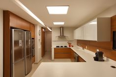 10 Cozinhas brancas e amadeiradas - veja modelos lindos e dicas!