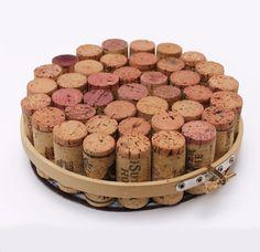 Sottopentola di tappi di sughero   Il sughero è una materia splendida versatile e perfettamente riciclabile. Con i tappi di sughero che spesso conserviamo si può creare un sottopentola unico e originale. Ecco come procedere. Occorrente:  circa 40 tappi di sughero per vino (rigorosamente riciclati!) telaio da ricamo in legno o in alternativa fascette metalliche che potrete trovare in ferramenta. Lideale per 40 tappi è un diametro di circa 15 cm. Cartone  Feltro  Colla a caldo Come procedere…