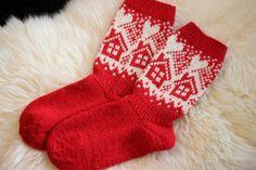 Äitini joulupakettiin neuloin tänä vuonna villasukat. Nähdessäni tuon tupakuvion tiesin heti että mun täytyy tehdä äidille sukat tuolla... Diy Crochet And Knitting, Crochet Socks, Knitted Slippers, Wool Socks, Knitting Socks, Baby Knitting, Knitting Patterns, Crochet Patterns, Knitting Accessories