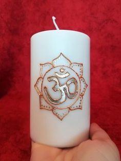 ❤❤ KRAFTKERZE  OM❤❤    Das OM Zeichen, ist das kleinste aller Mantren und wird häufig für Meditation verwendet.  Das Om Zeichen ist das Kraftsymbol des Göttlichen und der Dreieinheit.  Om führt zu Harmonie auf der Körper-Geist-Seele-Ebene.    Das Kraftsymbol OM zieht Schutz und Frieden an, Erdung & Reinigung und ist generelle Verstärkung von Lebensenergie. Pillar Candles, Om, Meditation, Mandala, Peace, Mandalas, Taper Candles, Christian Meditation, Zen