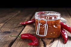 In Nederland is sambal bekend geworden door de Nederlands Indiëgangers en de afhaalchinees. Je houdt ervan of niet. Zeker sambal oelek (de pittig en zoute variant) is heel eenvoudig zelf te maken. En vers gemaakt is sambal echt het lekkerst! Whole Foods, Fodmap, Ciabatta, Hot Sauce Bottles, Food Hacks, Carne, Dips, Mason Jars, Spices