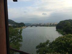 #촉석루 에서 바라본 남강. 강줄기와 파란 하늘이 고요함을 불러일으켰다.