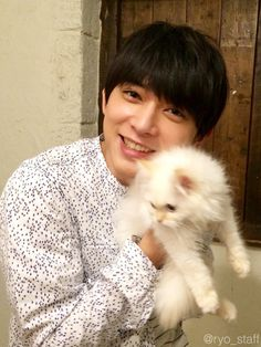 Ryo and a cat. Ryo Yoshizawa, J Star, Japanese Boy, Handsome Actors, Asian Actors, Asian Boys, Good Looking Men, Male Beauty, My Crush