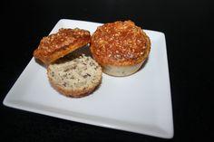 Ingredienser: (ca. 20 boller) 100g sesamfrø 10 æg 50g hørfrø 100g solsikkekerner 200g mandler(finhakket i kværn) 4 spsk græsk yoghurt (paleo 2.0) 2 tsk bagepulver (ikke paleo og kan undlades) 1½-2 tsk salt 2 spsk olivenolie Fremgangsmåde: Tænd ovnen på 150 grader varmluft. Få rørt æg, salt, olivenolie og bagepulveret godt sammen.(Brug piskeris hvis det …