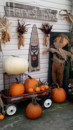 Hinton Primitives Outside the shop Primitive Fall Decorating, Primitive Autumn, Primitive Pumpkin, Primitive Crafts, Halloween Outside, Fall Halloween, Halloween Doll, Halloween Snacks, Shops