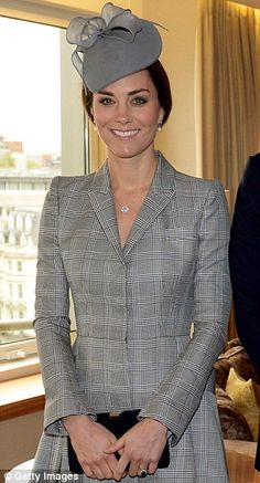 Catherine, Duchess of Cambridge greets the President of Singapore Tony Tan Keng Yam (not seen) and his wife Mary Chee Bee Kiang (not seen) at the Royal Garden Hotel on the first of a four day state visit to the UK on October 2014 in London, England. Style Kate Middleton, Kate Middleton Photos, Pippa Middleton, Kate Middleton Embarazada, Meghan Markle, Principe William Y Kate, Prince William Et Kate, William Kate, Vestidos Animal Print