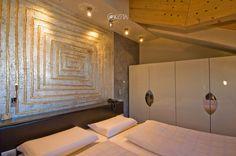 Dettagli della testata letto e dell'armadio di una suite dell'hotel Concordia