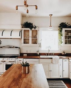 White kitchen is never a wrong idea. Elegant White Kitchen Design Ideas for Modern Home Classic Kitchen, Timeless Kitchen, Cuisines Design, My New Room, Kitchen Decor, Kitchen Ideas, Rustic Kitchen, Kitchen Designs, Room Kitchen