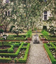 Jardines: Un jardín formal encantador.