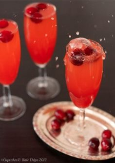 This cranberry sparkler mocktail is a fruity, festive non-alcoholic holiday drink! Or use sparkling wine to make it a cocktail! Get the recipe here! Fall Cocktails, Holiday Drinks, Fun Drinks, Yummy Drinks, Yummy Food, Holiday Parties, Beverages, Christmas Cocktails, Mixed Drinks