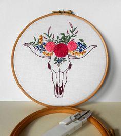 Hand genäht Kuh Schädel mit Blume Krone moderne Stickerei Hoop