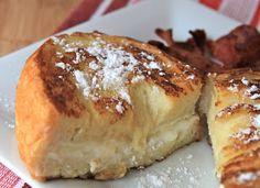 Agregar un poco de leche y extracto de vainilla a la mezcla de queso y azucar.   Barnizar con mantequilla y canela para que dore.   Hornear a 200º (tarda 30 min aprox)
