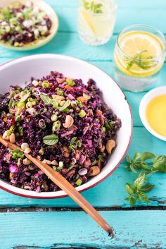 Riz noir, riz sauvage, pistaches, noix de Cajou, oignon rouge,  fruits séchés (canneberges, cerises, bleuets, raisins, mangues, pommes, ananas)