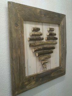Ein Rahmen aus altem Palettenholz, gebürstet und in Nussbaum lasiert. Hintergrund mit glattgehobeltem Palettenholz in weiss gewachst. Ausgewaschene Stöckchen, die die Herzform zeigen. Maße 60 cm x 60 cm