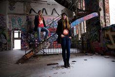 Hauptraum der alten Eisfabrik in Berlin-Kreuzberg: Magdalena und Katrin