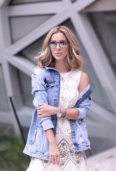 Look dia Helena Lunardelli: vestido branco com um trabalho tão delicado e rico de bordados, algo super diferenciado. Para combinar, jaqueta jeans
