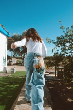 Pantaló vaquer de segona mà pintat per Comboi de Tarongina a mà Mom Jeans, Pants, Fashion, Trouser Pants, Moda, Fashion Styles, Women's Pants, Women Pants, Fashion Illustrations