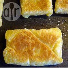 Een kaassoufflé, zo simpel dat je het haast niet bedenkt. Benodigdheden: Een of meer plakjes bladerdeeg en plakjes kaas naar keuze.