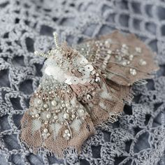Купить Вышитая брошь - мотылёк - кремовый, шантильи, кружева, мотылёк, вышитая брошь, вышитая бабочка