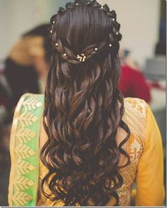 These latest open hairstyles are the best for the pre and post-wedding functions. Most of the people get confused when it comes to styling their open hair. We spotted some open hairstyles wore by. Bollywood Hairstyles, Indian Bridal Hairstyles, Bride Hairstyles, Hairstyle Ideas, Bridesmade Hairstyles, Mehndi Hairstyles, Quinceanera Hairstyles, Easy Hairstyle, Short Wedding Hair