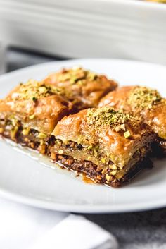 Turkish Baklava is a deliciously rich dessert made from phyllo dough, pistachios, butter, and a syrup made from sugar, water and lemon juice. Turkish Recipes, Greek Recipes, Low Carb Recipes, Fudge, Turkish Sweets, Turkish Dessert, Arabic Sweets, Pistachio Baklava, Turkish Baklava