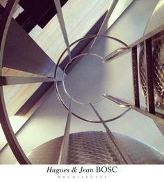 Dans la salle des cuves au Domaine de Trevallon - Hugues & Jean BOSC Architectes - Saint-Etienne du Grès en Provence, Domaine viticole, Alpilles,  France, Mur en pisé : Terre