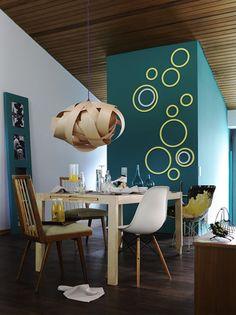 Farbige Holzringe  Natürlich lassen sich Ringe oder Kreise auch einfach mit Farbe auf die Wand malen. Der besondere Effekt von echten Ringen entsteht durch die dreidimensionale Optik. Und die Gestaltung ist mehr als simpel ... Aber sieh doch einfach selbst!