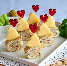 Hearty mini cheesecakes with tomato jam- Herzhafte Mini-Cheesecakes mit Tomaten-Marmelade Hearty mini cheesecakes with tomato jam - Rolled Sandwiches, Tea Sandwiches, Appetizer Recipes, Appetizers, Sandwich Recipes, Tomato Jam, Valentines Day Food, Food Platters, Meat Trays