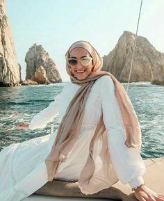 Hijab flew off like 20 times 🙃 . Hijab Fashion Summer, Muslim Fashion, Modest Fashion, Women's Fashion, Fashion Outfits, Casual Hijab Outfit, Hijab Chic, Holiday Outfits, Summer Outfits