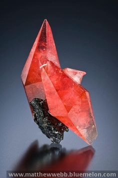 Rhodochrosite from Peru. - Let Nature arrange manganese, carbon and oxygen together and sometimes it makes beautiful crystals of Rhodochrosite from Peru. Photo by Jeff Scovil. Minerals And Gemstones, Rocks And Minerals, Mineral Stone, Rocks And Gems, Stones And Crystals, Gem Stones, Quartz, Beauty, Nature