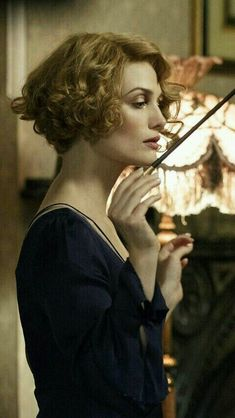 "the-garden-of-delights:""Alison Sudol as Queenie Goldstein in Fantastic Beasts and Where to Find Them [x]"" Alison Sudol, Arte Do Harry Potter, Harry Potter Universal, Harry Potter World, Cute Short Curly Hairstyles, Vintage Hairstyles, Curly Hair Styles, Fantastic Beasts And Where, Queenie Fantastic Beasts"