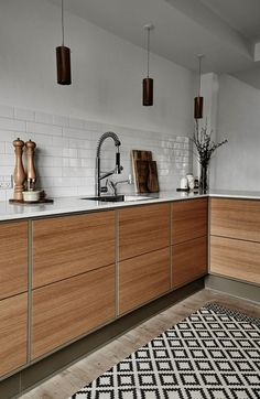 Sådan skal dit køkken se ud i 2017 Warm coloured wood with handle-less drawers with push-out function beautifully framed in a gray. Table top is a composite plate. Interior, Kitchen Remodel, Kitchen Decor, Interior Design Kitchen, Kitchen Taps, Kitchen Room Design, Kitchen Dining Room, Home Kitchens, Kitchen Design