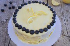 Zitronen-Blaubeer-Torte mit erfrischendem Frischkäse-Frosting - ein Vitaminkick. Fluffige Böden mit Zitrone & Blaubeeren & Zitronen-Frosting dazwischen. #ichbacksmir #blaubeeren