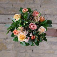 bouquet-fleurs-pecher-mignon-atelier-lavarenne-fleuriste-lyon Dahlia, Fleur Orange, Rose, Floral Wreath, Pastel, Wreaths, Decor, Buttercup, Peony
