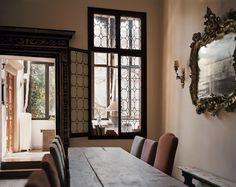 Venise, dans cette salle à manger contiguë à la cuisine, une table incroyablement longue permet d'accueillir pas moins de seize convives.